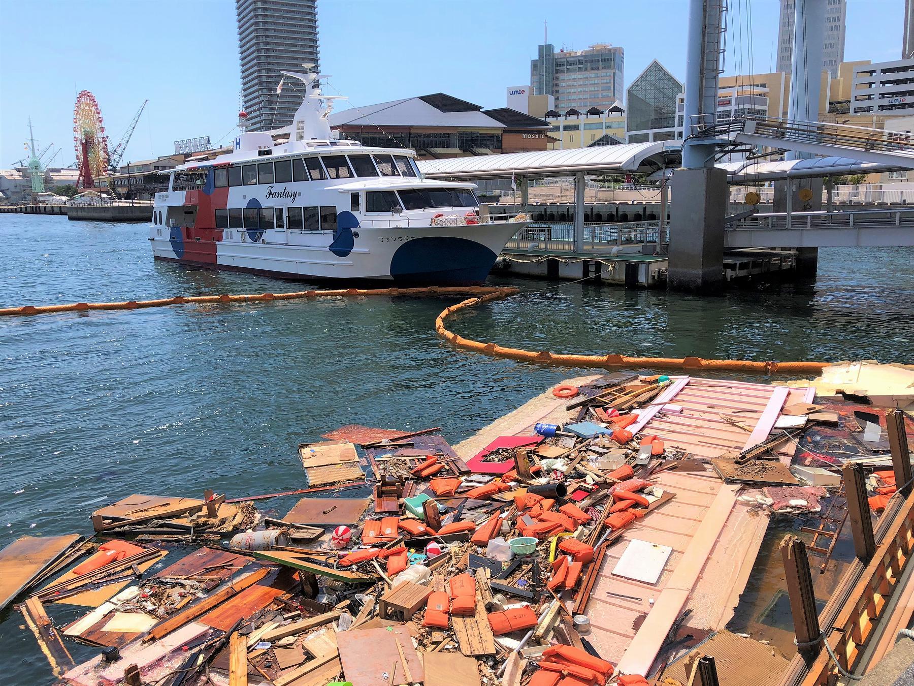 【※閲覧注意】神戸港・かもめりあ前に係留していた屋形船が、台風の影響で崩壊・沈没したよ… #屋形船 #神戸港 #神戸ハーバーランド #かもめりあ #クルージング #神戸観光 #船舶沈没
