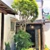 阪急岡本駅北側に、カレーとカフェとオリーブオイルの小さな一軒家ショップ「岡本コミ